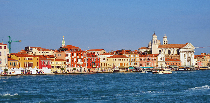 La Bella Vita cruises around Venice